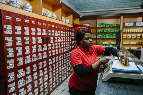 """南非掀起""""中医热"""" 中医药成为当地民众增进健康新选择"""