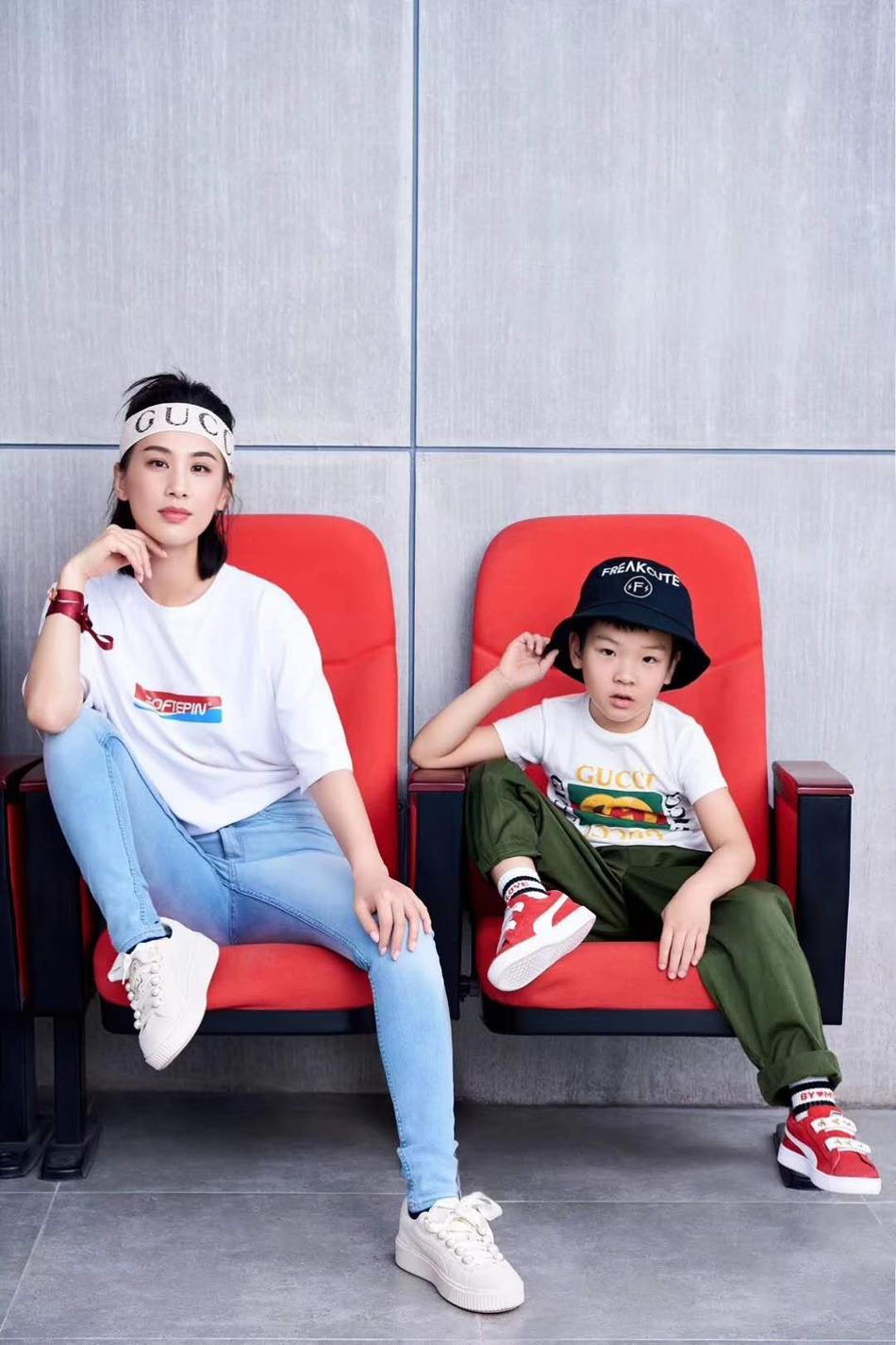 杨子晒妻儿运动风酷炫写真 安迪表情被赞