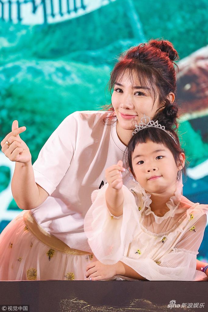 黄奕与女儿亲子装同框 母女对镜比心互动有爱