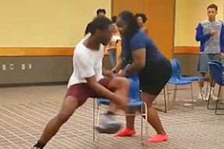 美男女抢椅子游戏互不相让结局反转令人发笑