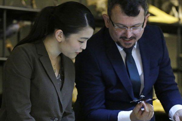 日本真子公主参观圣保罗大学 对标本兴致勃勃