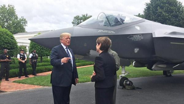 """喜提肥电!特朗普在白宫""""检阅""""F-35战机"""