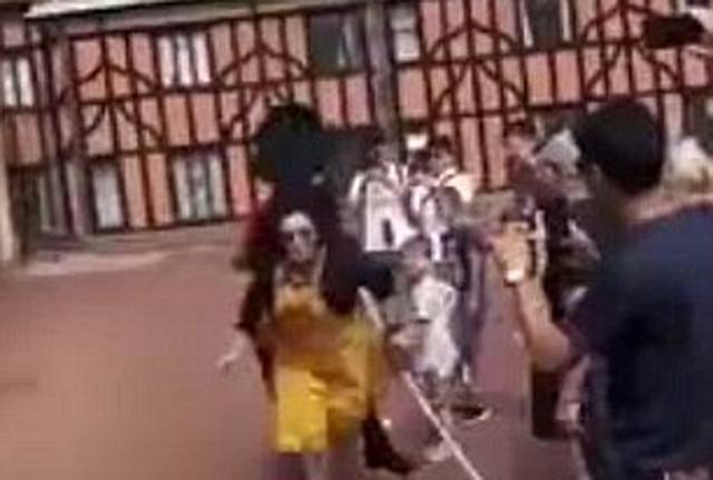 女游客翻越温莎城堡隔离绳遭英女王卫兵猛推