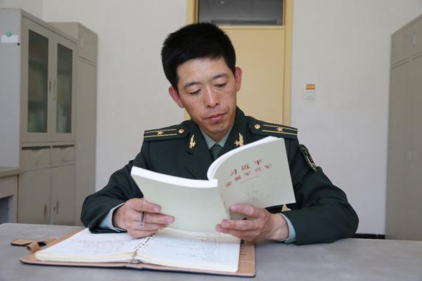 """被战友称为""""理论书痴""""的修理连长王振虎"""