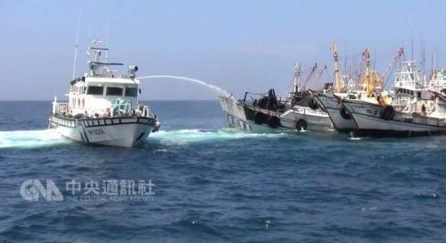台湾澎湖一渔船发生火烧船事故 6名船员平安获救