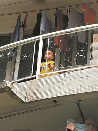 搭长梯 攀阳台 护娃安