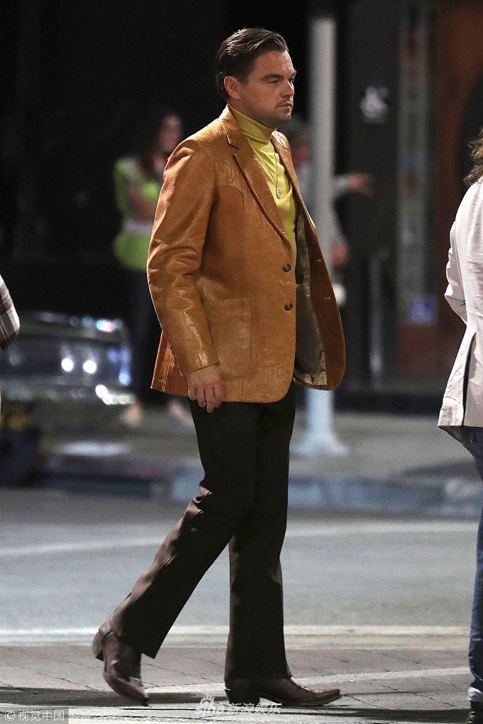 组图:小李黄衬衫皮西装土豪范儿 与皮特同框拍昆汀新片