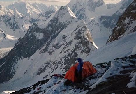 波兰男子成功从海拔8611米乔戈里峰顶滑雪下山