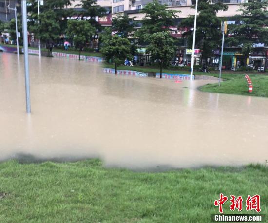 """广西南宁遇强降雨 城区多地成""""汪洋"""""""