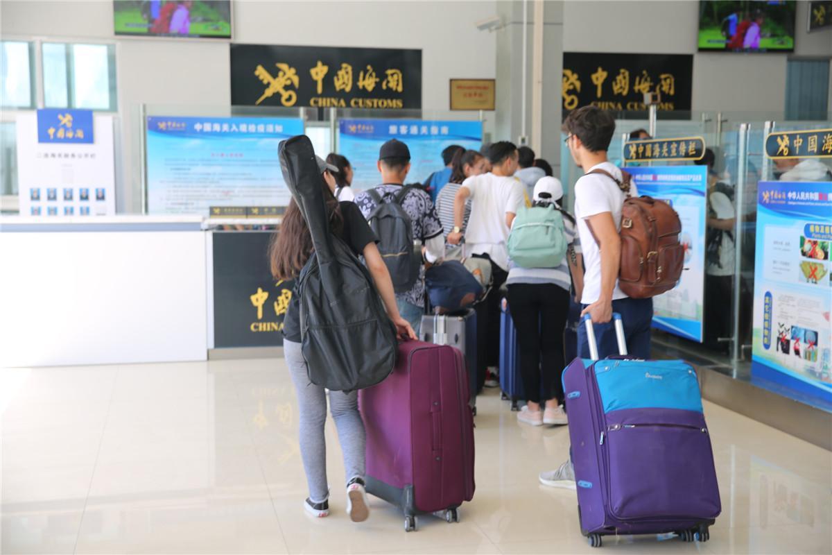 """暖男!蒙古国男孩到中国留学 放假带""""娃娃""""回家"""