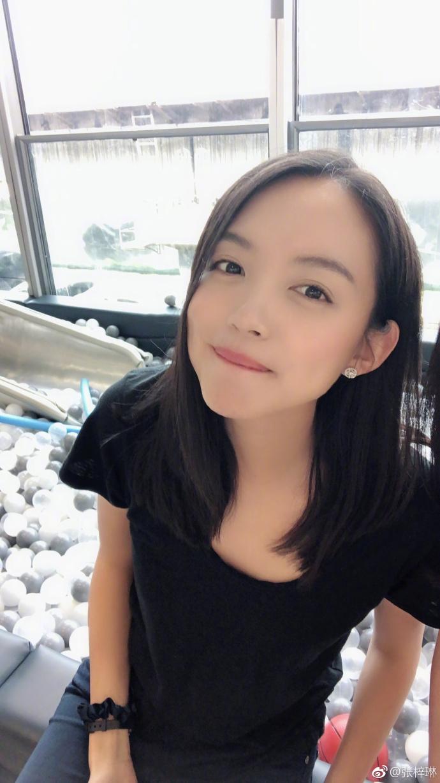 张梓琳陪女儿玩滑梯 素颜皮肤光滑细腻少女感十足