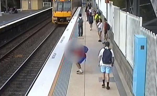 死里逃生!澳男孩站台追弹力球险被火车撞