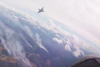 还有这种操作?战斗机投掷激光制导炸弹帮忙灭火