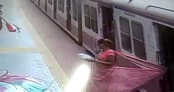 印女子莎丽挂火车门上被拖行数米成功获救