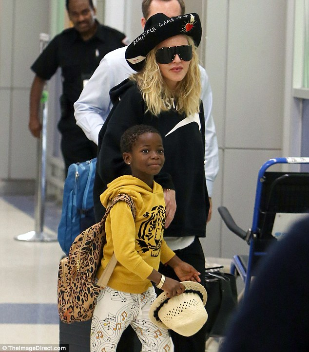 麦当娜一身休闲装携女儿现身纽约机场