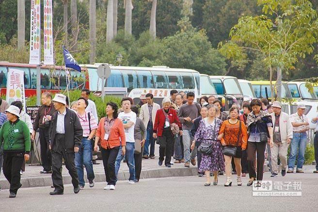 """台""""旅游车教父""""两年抛售100辆巴士 称台湾观光已从寒冬转向酷冬"""