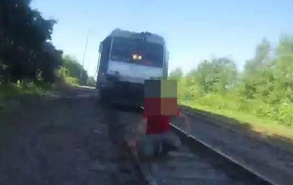 千钧一发!火车即将撞上坐轨男子警察英勇解救获赞