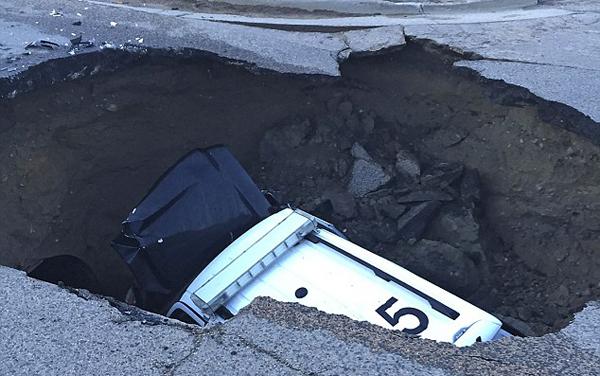 美科罗拉多州公路因暴雨塌陷现深坑吞没汽车
