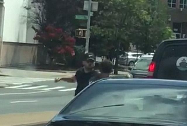 美两司机路上斗殴 一方持刀威胁并拔走车钥匙