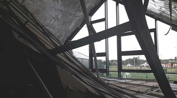 英国斥巨资新建小学天花板坍塌引批评不断