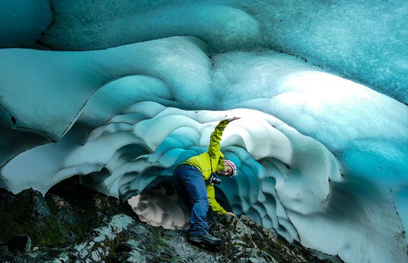英国登山者酷暑中探秘山顶冰穴 享受清凉一夏