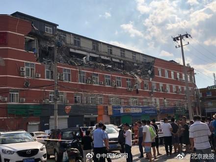 北京丰台一大厦顶层大面积坍塌 多辆汽车被砸