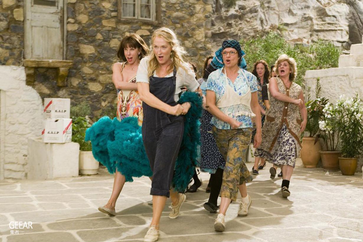 十年前的《妈妈咪呀!》里充满了最新流行的穿搭趋势,你发现了吗?