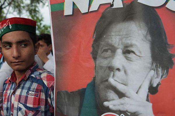 伊姆兰·汗宣布在巴基斯坦大选中获胜 支持者庆祝