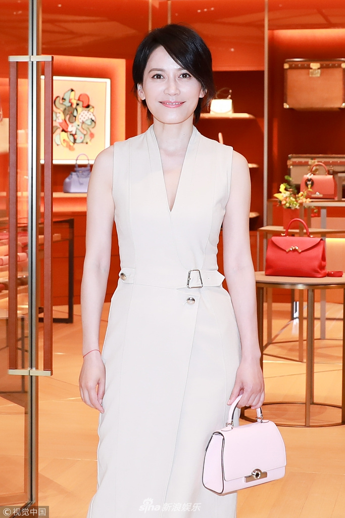 俞飞鸿短发减龄气质优雅 喝香槟完美诠释女神范