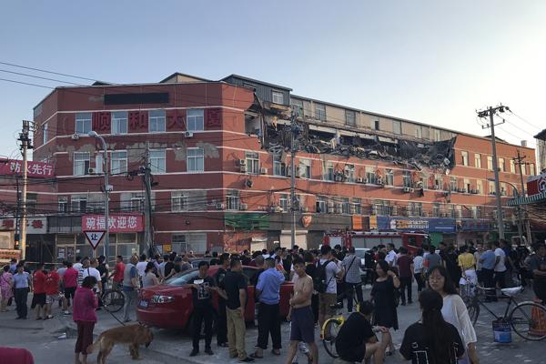 北京丰台顺和大厦顶层坍塌 多辆汽车被砸