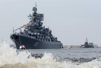 俄罗斯举行海军节阅兵彩排 055万吨级战舰领头