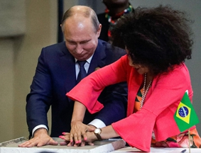 金砖会晤上各国领导人摁手印表情逗趣