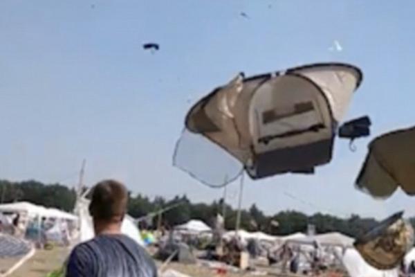 德音乐节现场刮起强旋风 帐篷满天飞似万花筒