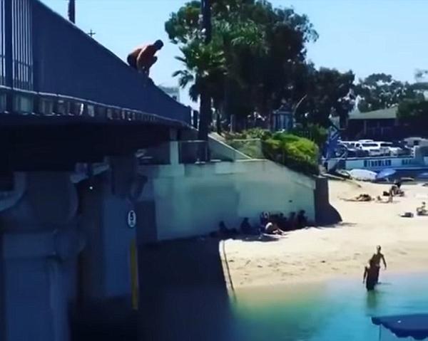 天降意外!美鲁莽少年跳桥致驾船女子受伤