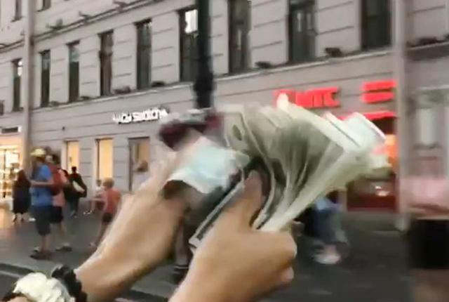 俄富二代开豪车当街撒钱 发视频引网友痛批