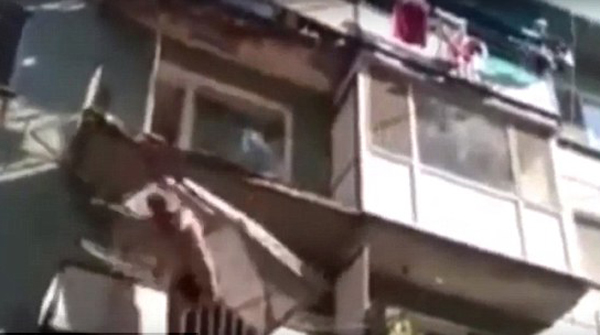 俄小区居民控诉阳台失修时不幸当场坠楼身亡