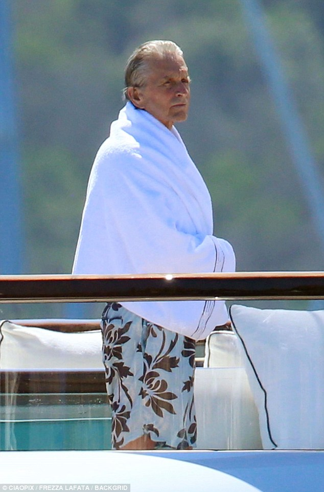 73岁迈克尔•道格拉斯乘私人游艇出海晒太阳