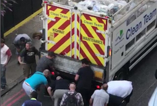 暖心!英国路人抬起垃圾车助被困车底老人脱险