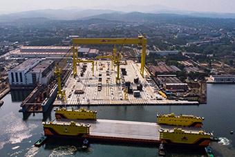 俄罗斯也有这神器!4万吨浮船坞抵达港口