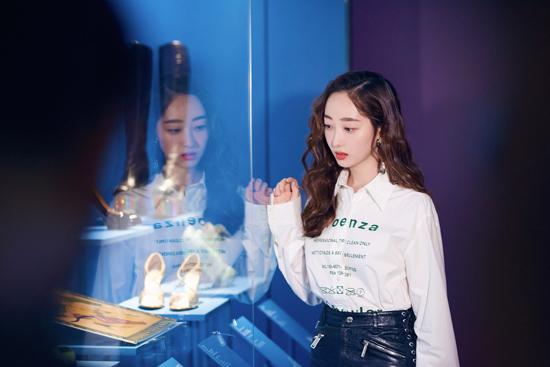 蒋梦婕出席跨界艺术展 化身时尚icon秀美腿
