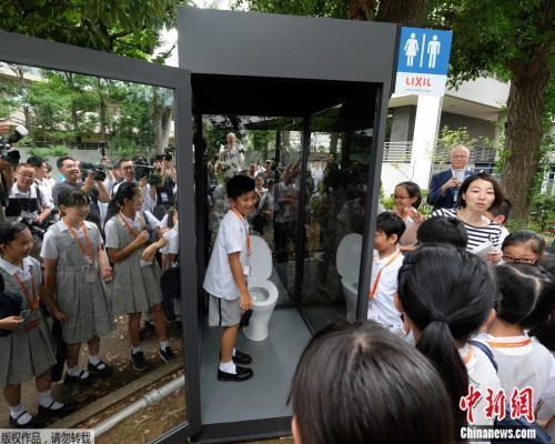 """体验""""户外排泄""""?日本展出透明厕所 引人反思"""