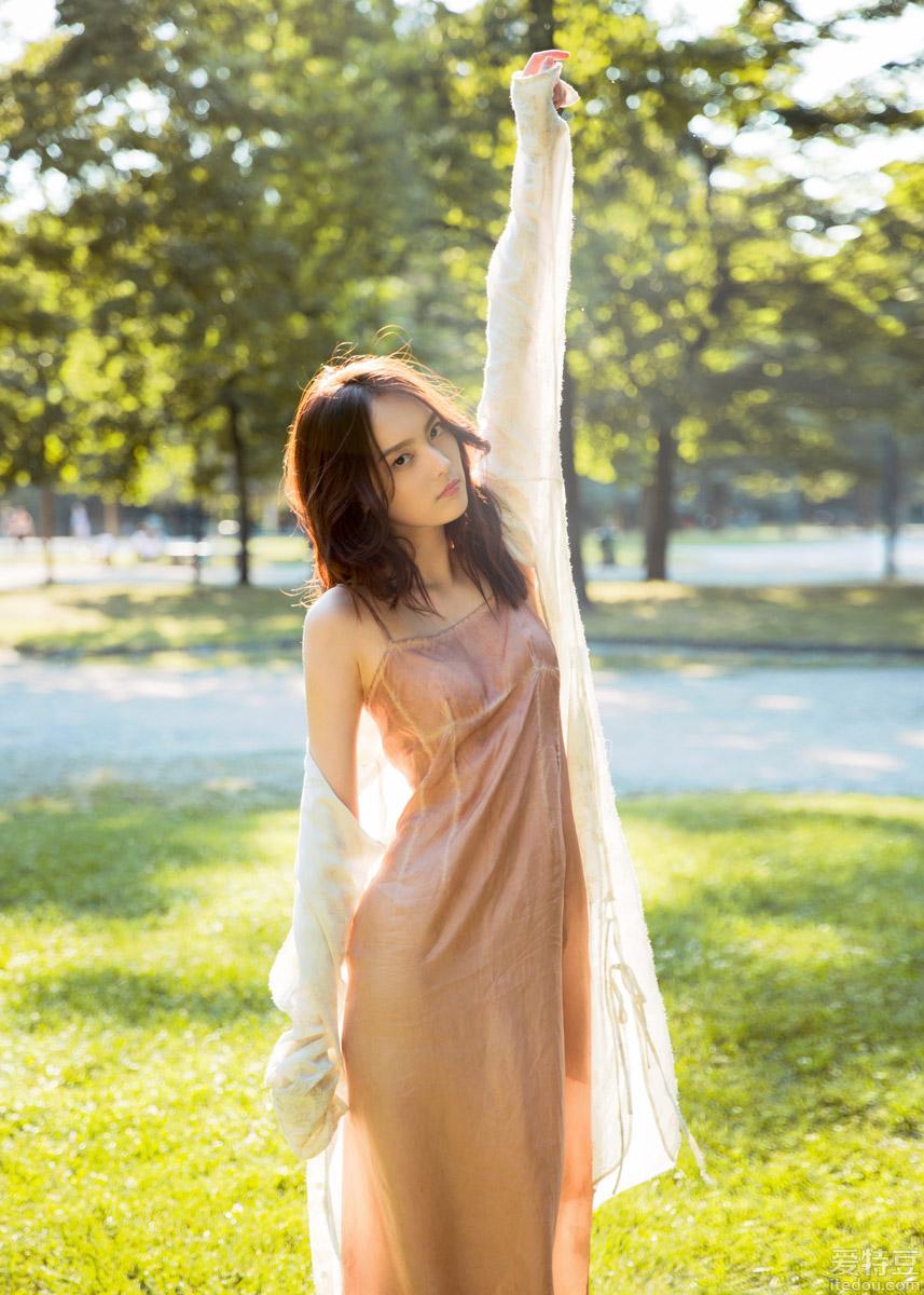 杨之楹写真曝光 粉红长裙尽显夏日浪漫风情