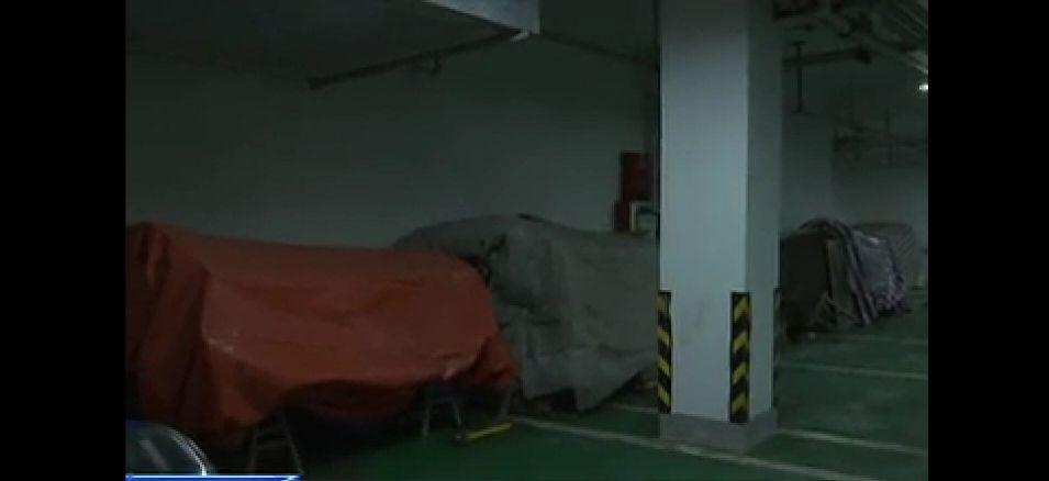 吓人!安徽六安金寨一小区地下车库惊现几十口棺材