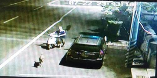 台湾男子偷摩托车靠监控难辨认 因爱犬被警方找到