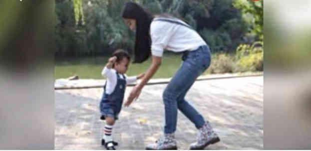 Baby带小海绵公园学步视频曝光,小心翼翼,母爱洋溢:好温暖