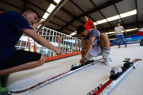 夏练三伏!延庆医疗保障滑雪队开展滑雪模拟机训练