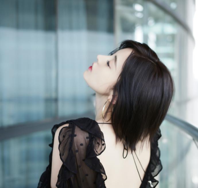 娜扎黑色纱裙露性感美背 双手托腮卖萌上演歪头杀
