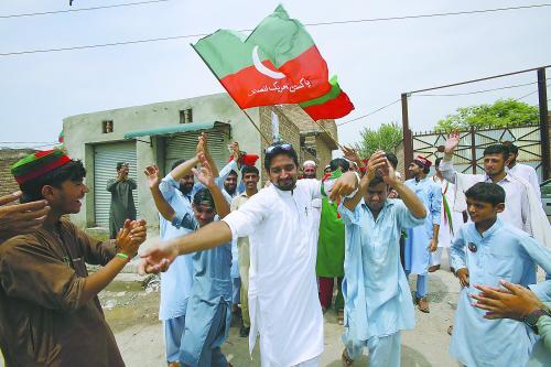 26日,在巴基斯坦白沙瓦,当地居民跳舞庆祝正义运动党领导人、板球传奇人物伊姆兰·汗在大选中获胜。