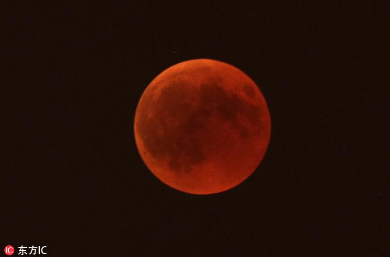"""本世纪最长月全食!世界各地上演""""血月""""惊艳苍穹"""
