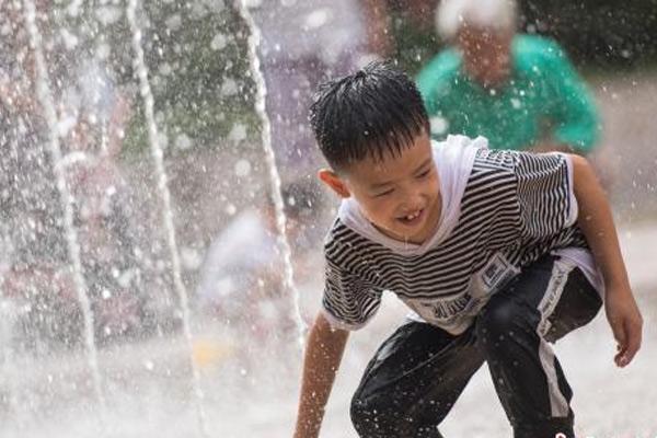 中国多地持续高温 太原儿童戏水享清凉